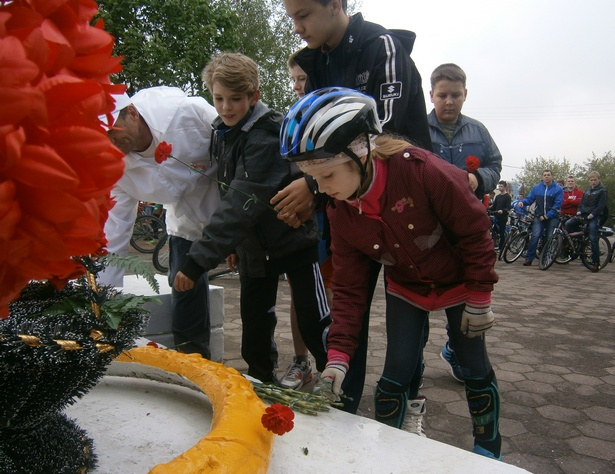 Барановичские велосипедисты возложили цветы у памятника Скорбящей матери. фото Натальи Семенович