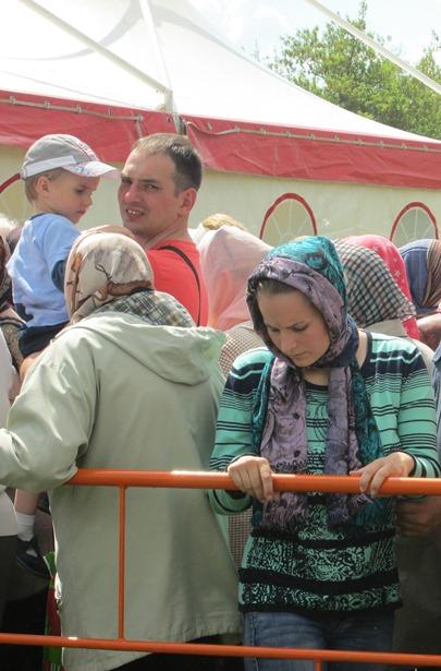 У строящегося храма, возле палаток, выстроилась длинная очередь горожан, желающих поклониться мощам Матроны Московской