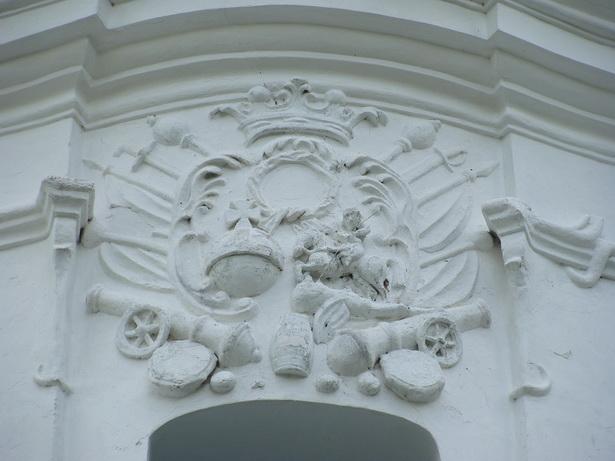 Рэльефнае пано з вайсковай атрыбутыкай на фасадзе Траецкай царквы ў Вольна.