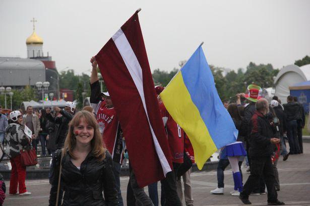 Латышскія заўзятары з украінскім сцягам