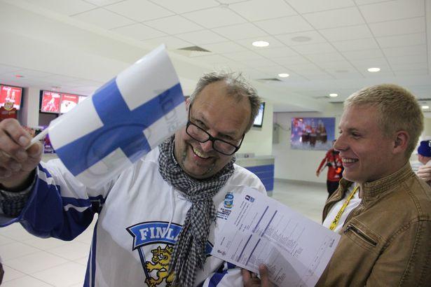 Фінскі заўзятар рэкламуе нацыянальны сцяг