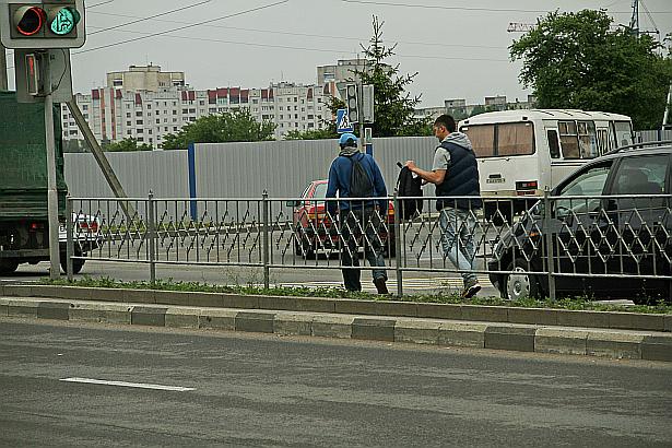 В Барановичах автомобилистам раздают российскую символику