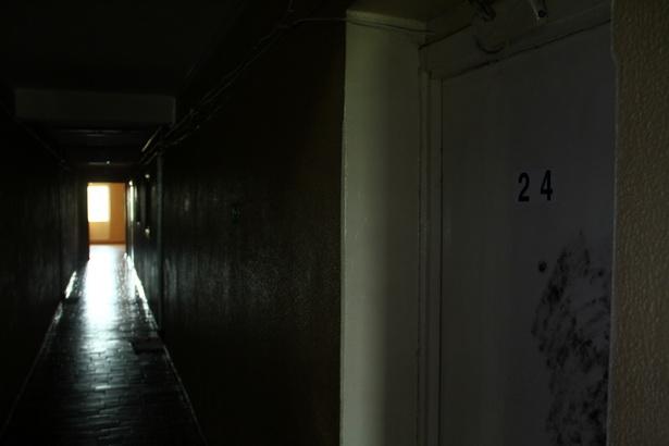Чтобы попасть на балкон, убийца с ребенком в руках пробежал по коридору и через широкий холл.