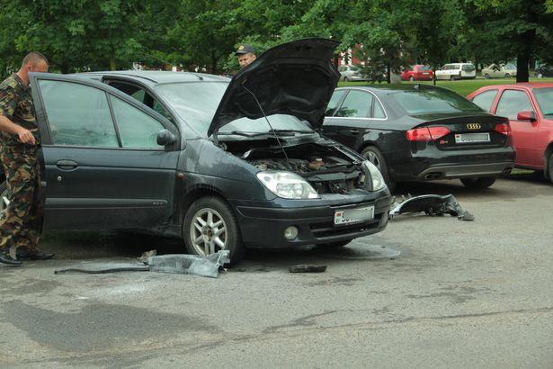 Возгорание автомобиля Renault Scénic произошло утром 28 мая по ул. Чкалова на парковке рядом со зданием РОВД