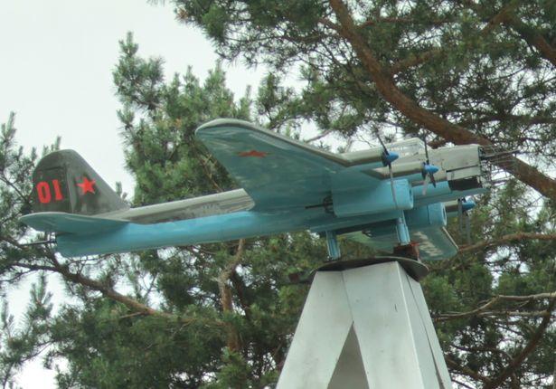 Помнік самалёту ПЕ-8 203-га гвардзейскага палка цяжкіх бамбардзіроўшчыкаў