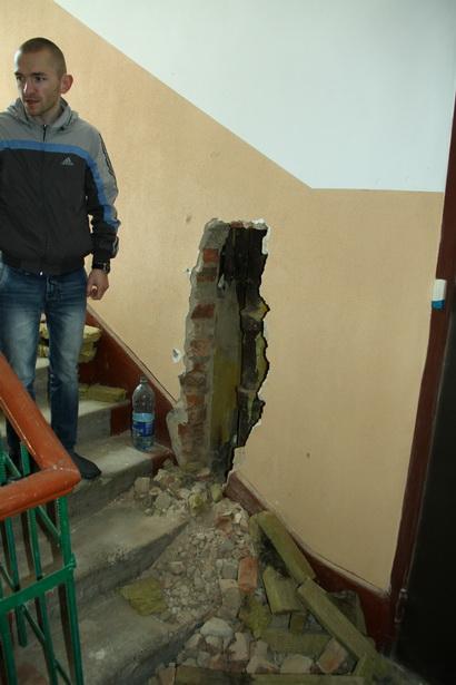 В подъезде дома по ул. Ленина, 8 строители сначала выполнили отделку стен, а затем разбили ниши, чтобы заменить в квартирах стояки.