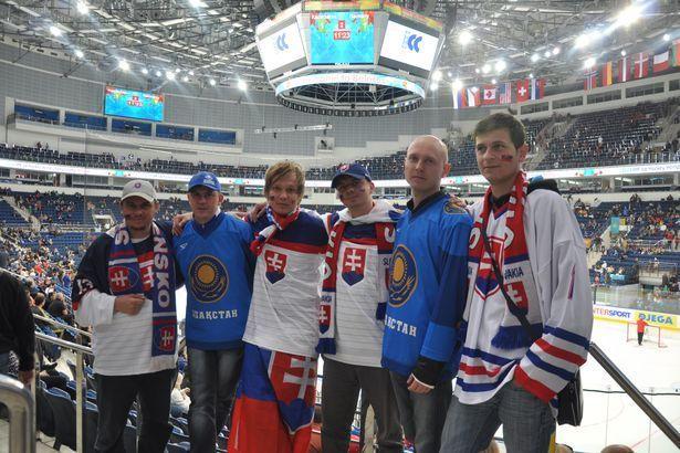 Виталий Лазарев (второй справа) на одном из матчей ЧМ по хоккею