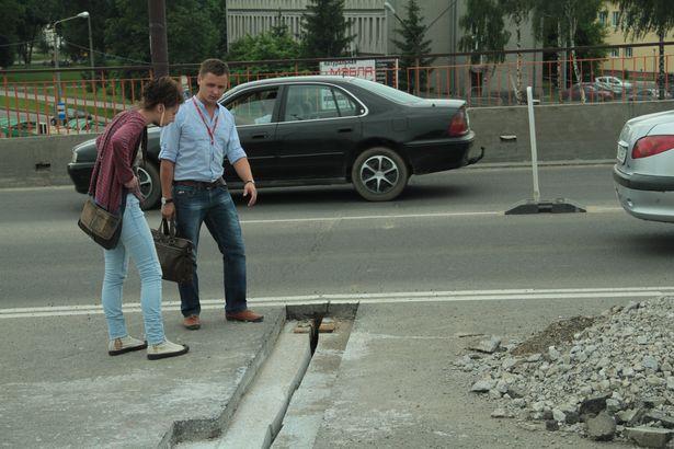Начальник участка Денис Матиевский показывает отремонтированное бетонное основание, на которое будут положены металлическая пластина, слой изоляции и асфальтобетонное покрытие. 9 июня