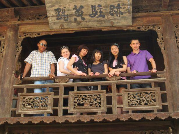 Александр (крайний справа) во время экскурсионной поездки от университета в город Тяньшуй, апрель 2012 года.