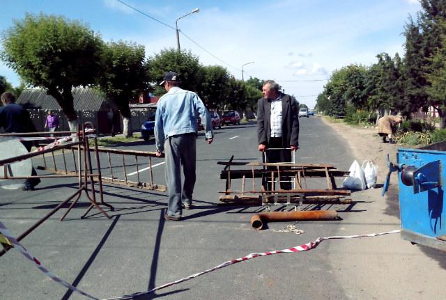 Остатки старого трубопровода увозят местные собиратели металлолома. Фото Юли Харкевич