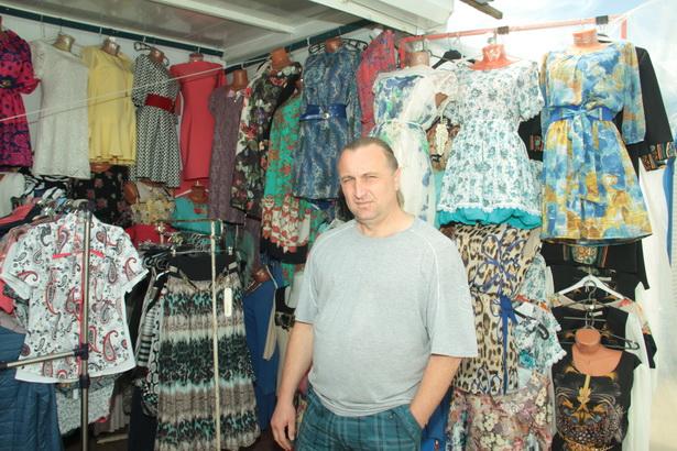 Дмитрий Шило продает одежду на рынке 25 лет. Прошел все этапы развития «рыночного» предпринимательства: от работы без правил до невозможности работать по правилам. Фото: Дмитрий МАКАРЕВИЧ