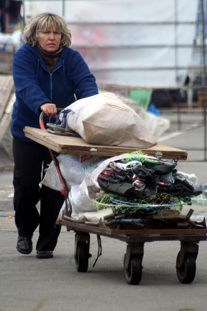 До появления роллетов предприниматели каждый день собирали-разбирали палатки и привозили на рынок товар. Сентябрь 2008 года. Фото: архив Intex-press