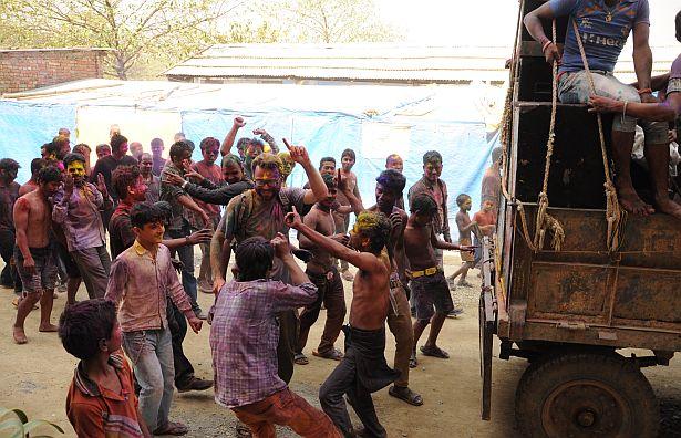 Зміцер Веліч падчас святкавання непальцамі фестывалю фарбаў Холі, падобнага да беларускага свята гукання вясны.