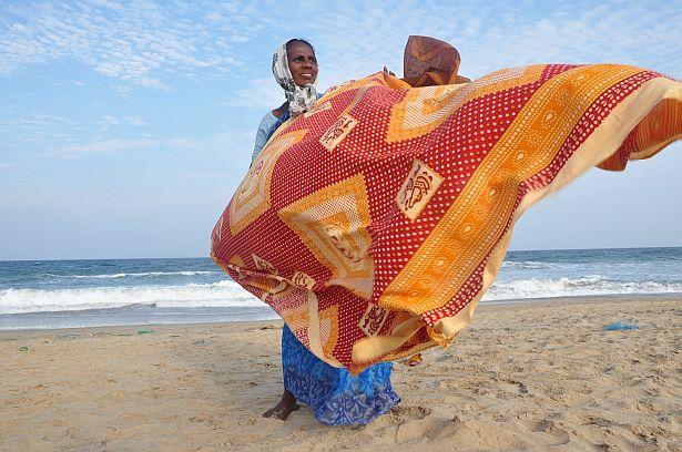 Індыйка прадае самаробныя коўдры турыстам на беразе акіяна, пакуль яе мужык ловіць рыбу. Любыя дадатковыя грошы - неабходнасць для індыйцаў, чый сярэдні заробак складае 100 - 200 долараў.