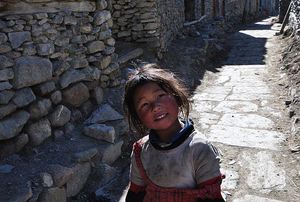 Непальская дзяўчынка на вуліцы ў мястэчку Мананг. Непальцы жывуць вельмі бедна. Сярэдні заробак не перавышае 100 долараў. Ад голаду насельніцтва ратуе сціплая прыватная сельская гаспадарка.