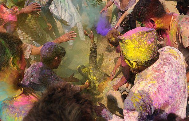 Даюць чаду! Непальцы адзначаюць свята Холі.
