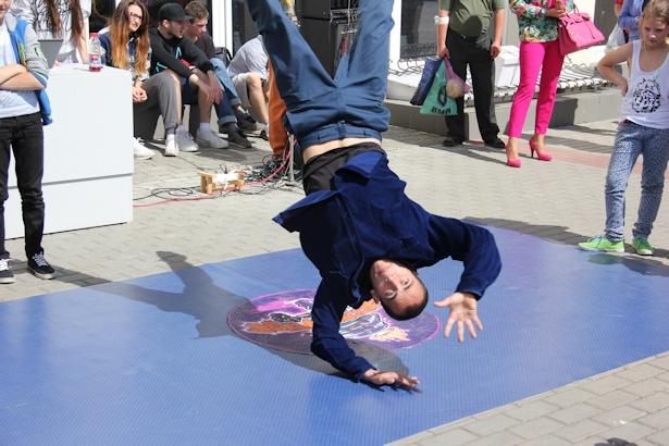В Барановичах в центре города танцевали хип-хоп. Фото Александра Трипутько