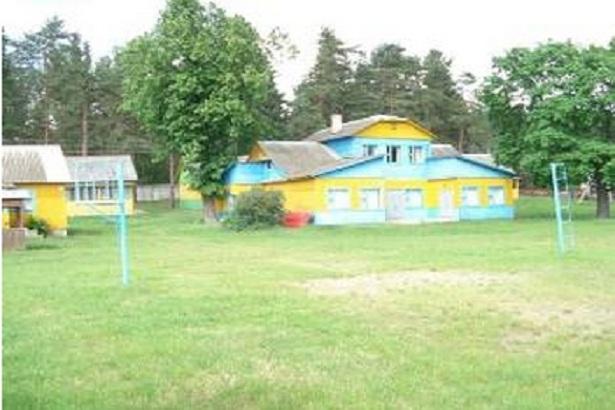 Комплекс зданий базы отдыха Гать, выставляемых на аукцион. Фотографии с сайта brest-region.by