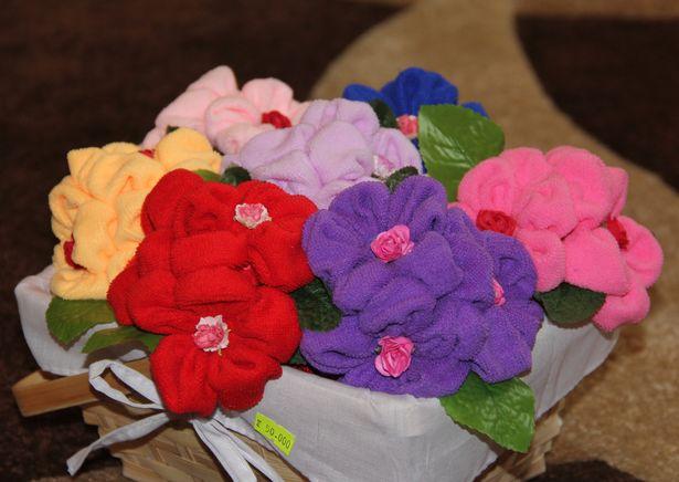 Цветы из полотенец - самые популярные подарки. Фото: Александр Трипутько.