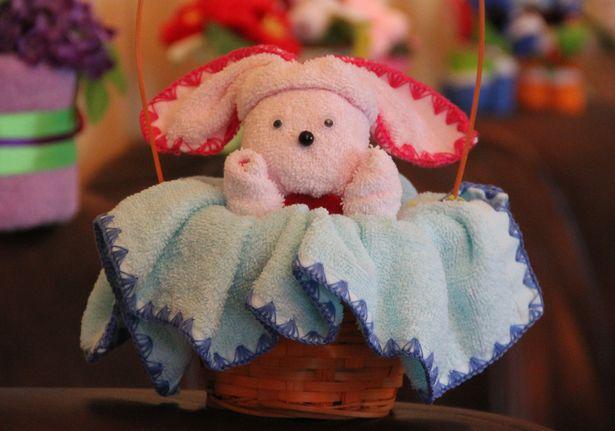 Сувенир из полотенец: зайчик в корзинке. Фото: Александр Трипутько.