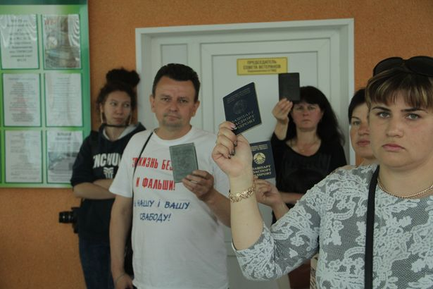 Барановичские предприниматели собрались у ГОВД с требованием освободить Николая Черноуса. Фото: Дмитрий Макаревич