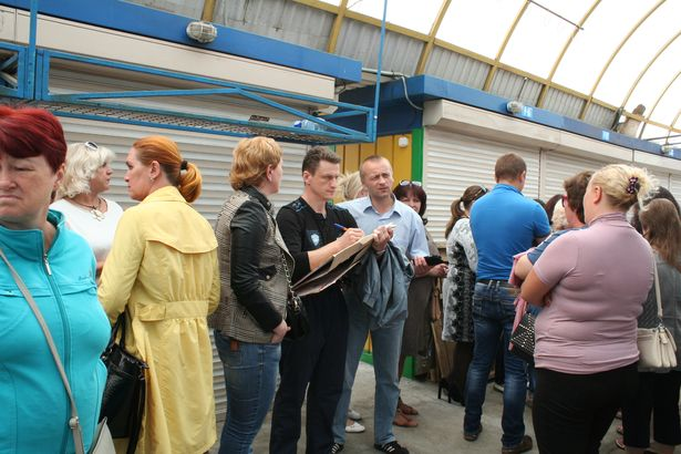 Барановичские предприниматели собрались у ГОВД с требованием освободить Николая Черноуса. Фото: Юля Харкевич