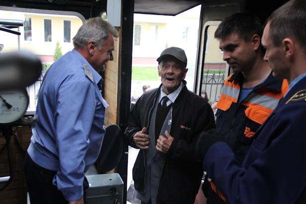 Ветеран-железнодорожник Игнат Майсюк в кабине машиниста.Фото:Александр Трипутько.