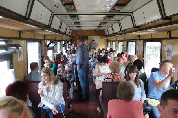 Горожане едут на поезде Победы. Фото:Александр Трипутько.