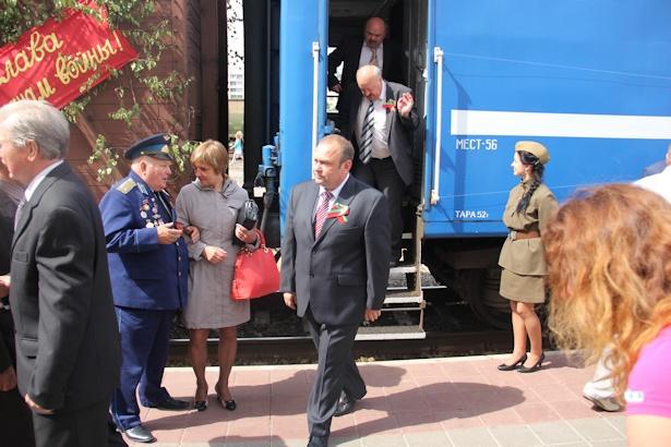 Председатель Барановичского горисполкома также прокатился на поезде Победы. Фото:Александр Трипутько.