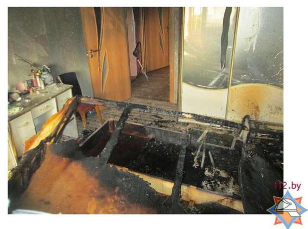 В результате пожара в квартире огонь повредил кровать и постельные принадлежности.