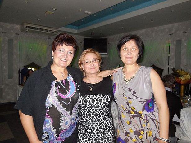 Лена (слева) и Света (справа) очень дружны с детства, ссорились редко, даже тайком от мамы (в центре).
