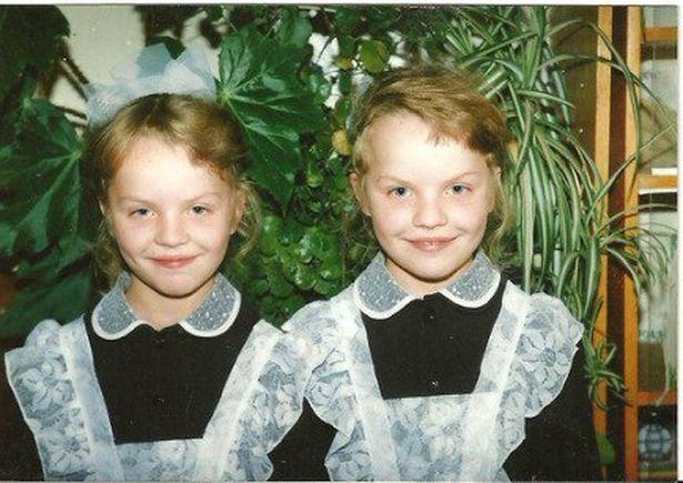 В школе сестрам Богданович приходилось надевать одинаковую школьную форму, но близнецы всегда стремились выглядеть по-разному.