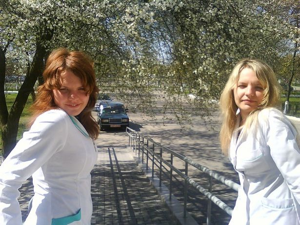 Близнецы Таня (слева) и Оля (справа) имеют разные прически, но некоторые знакомые и коллеги по работе их все равно путают.