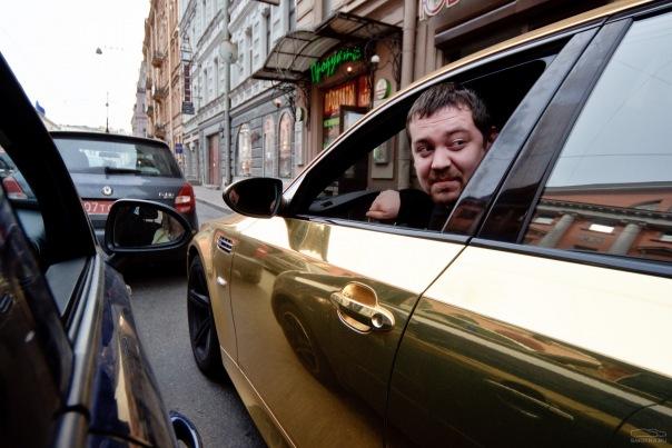 Московский журналист Эрик Китуашвили на своем золотом БВМ