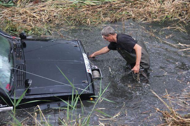 Некоторые автомобили приходилось тащить с помощью лебедки
