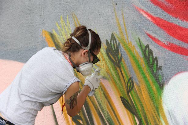 В Барановичах уличные художники разрисовывают фасады жилых домов. Фото: Александр Трипутько