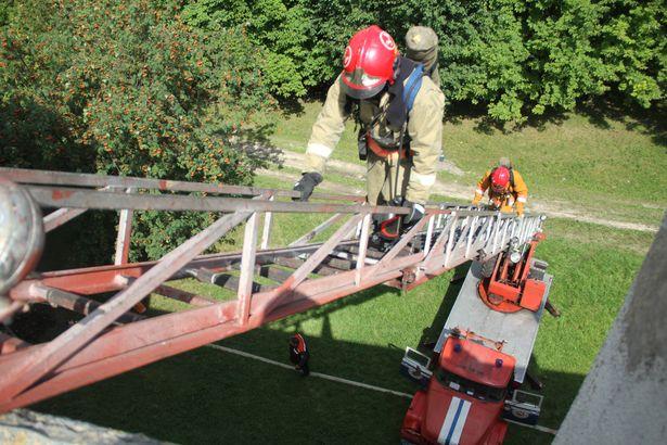 Спасатели поднялись по авто-лестнице на крышу здания