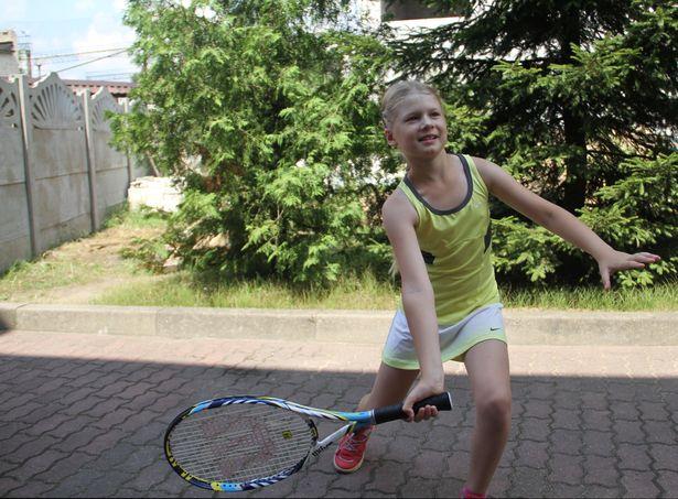 Теннисистка показывает основные теннистыне движения. Фото: Дмитрий Макаревич.