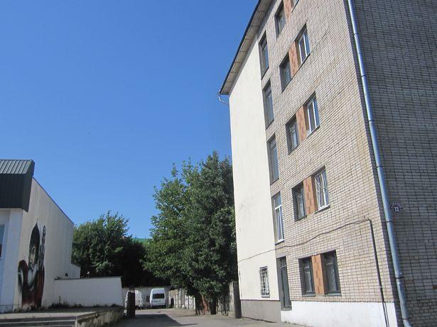 Граффити должно было разместиться на стене противоположного здания (по ул. Брестской, 13). Фото Ольги ШИРОКОСТУП