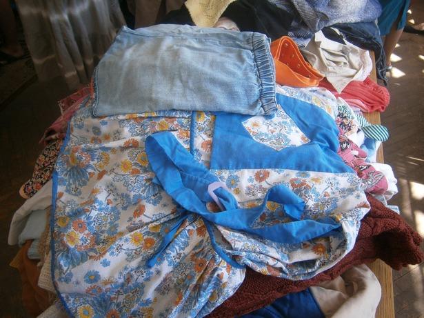 На ярмарке можно было подыскать одежду для детей. фото Натальи Семенович