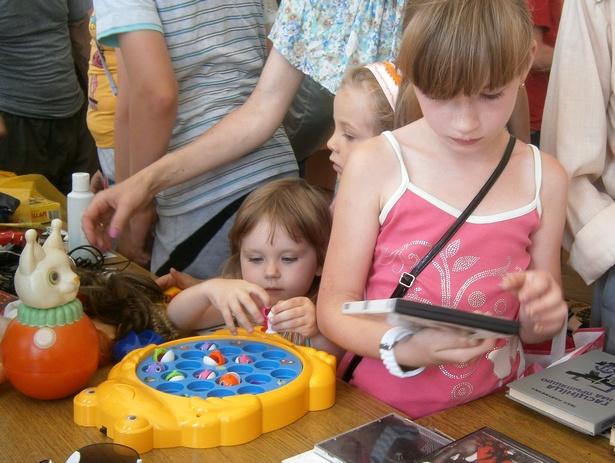Детей на ярмарке больше всего интересовали игрушки. фото Натальи Семенович