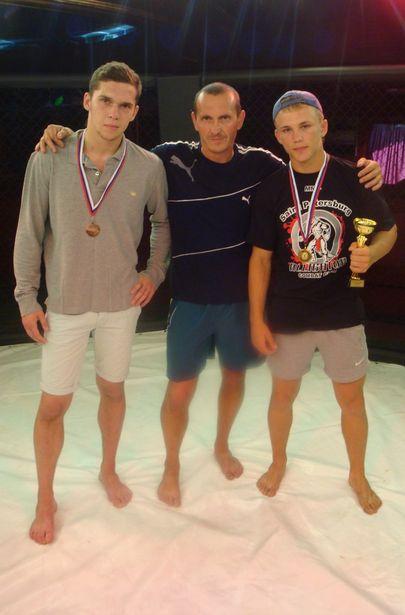 (слева направо) Илья Чеботарь, тренер Владимир Плавский, Олег Нагорный. Фото из архива спортсменов.