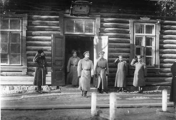 Император Николай выходит из помещения 1-й роты 6-го батальона во время пребывания в Ставке Верховного Главнокомандующего.