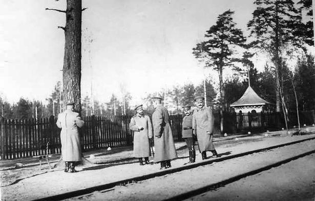 Николай II с группой штабных офицеров на территории Ставки Верховного Главнокомандующего. Среди присутствующих: дворцовый комендант, генерал-майор свиты В.Н.  Воейков (2-й справа), флигель-адъютант, капитан 2-го ранга Н.П. Саблин (справа) и др.