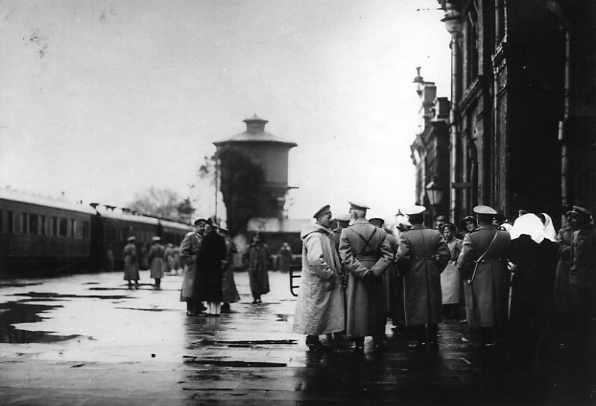Группа военных на платформе у вокзала Барановичи-Полесские. Слева - поезд Верховного Главнокомандующего вел. князя Николая Николаевича