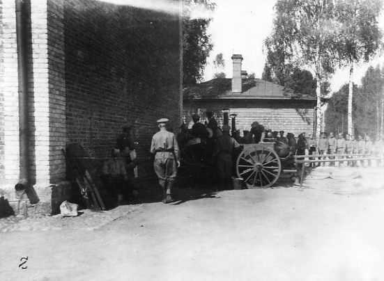 Очередь солдат за получением обеда из походной кухни на территории Ставки Верховного Главнокомандующего