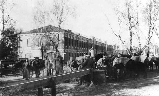 Солдаты лейб-гвардии Гусарского полка поят лошадей у водоразборного крана у казармы на территории Ставки Верховного Главнокомандующего