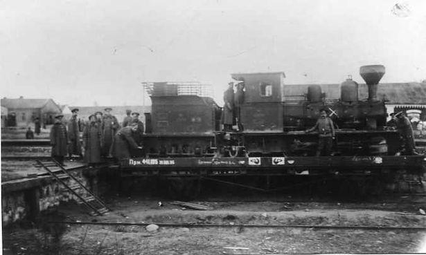 Железнодорожники у паровоза на территории Ставки Верховного Главнокомандующего в Барановичах