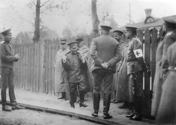 Представитель бельгийской и японской военной миссии при Ставке Верховного Главнокомандующего: бельгийский генерал барон де Риккель (2-й слева) и японский генерал Оба (3-й слева) с группой офицеров на территории Ставки Верховного Главнокомандующего