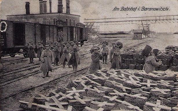 Нямецкае камандаванне ведала пра значнасць Баранавіч і да 1919 года зацята абараняла захоплены горад. Разгрузка немцамі калючага  дроту на станцыі «Баранавічы-Цэнтральныя». 1916 г.